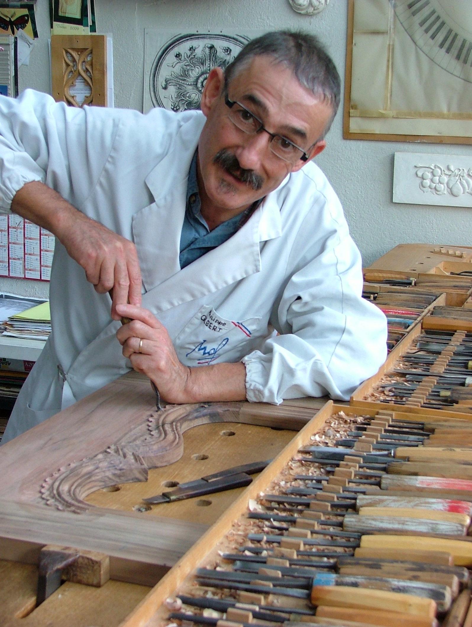 Photo de Philippe Gilbert en train de sculpter sur bois